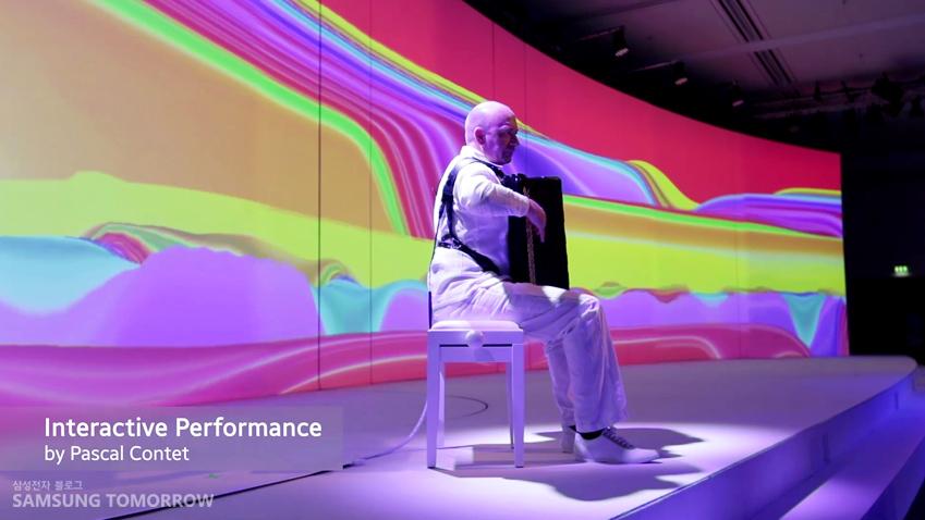 프레스 컨퍼런스 오프닝 공연에서도 연주자 뒷편으로 미구엘 슈발리에의 커브드 기원 작품이 등장했습니다.