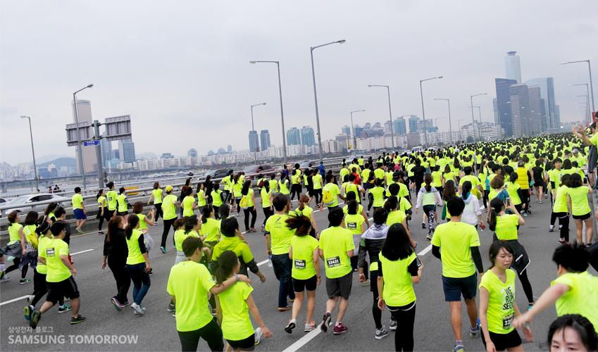 마라톤에 참가한 많은 사람들