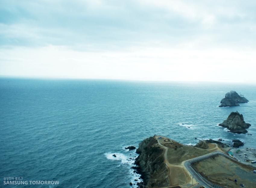 몇 개의 섬이 보이는 바다