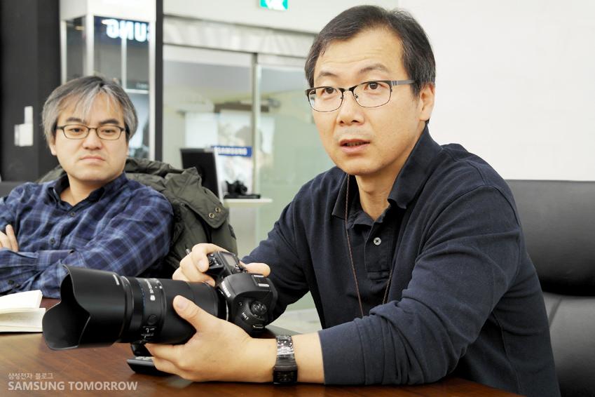 NX1 카메라를 들고 있는 김상언 수석