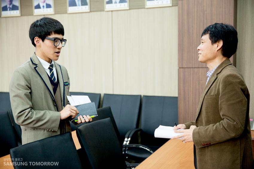 적극적으로 공모전에 대해 질문하는 고등학생과 답변하는 박차장