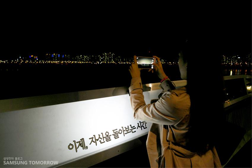 갤럭시 노트4로 마포대교 야경을 찍고 있는 모습입니다