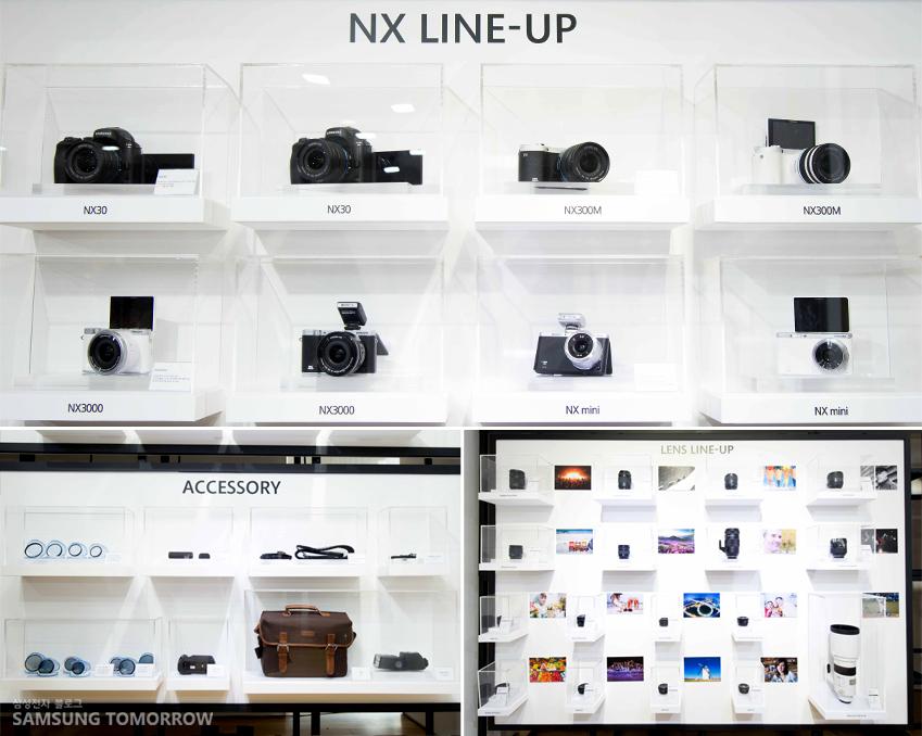 NX 카메라의 라인업과 다양한 액세서리 제품들이 전시돼 있습니다.