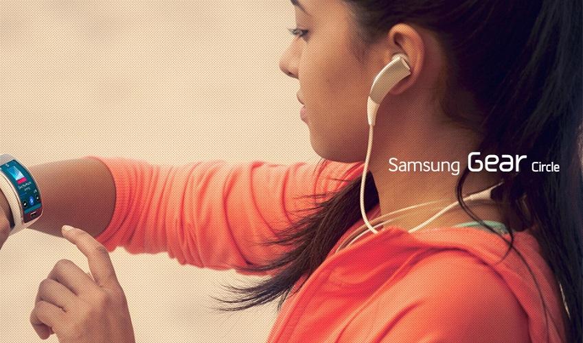 여성이 기어서클과 기어S를 착용한 기어 서클 광고용 이미지입니다.