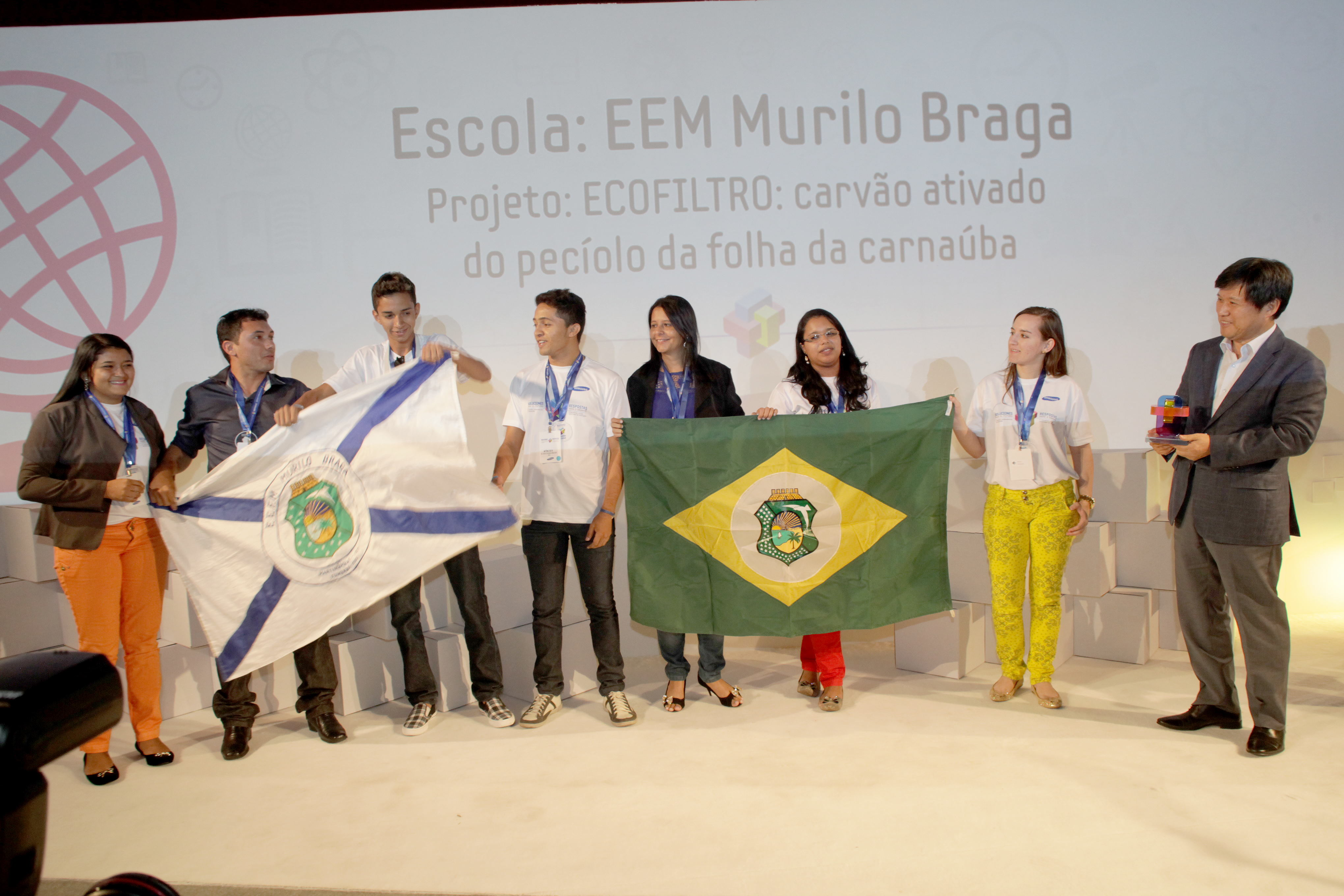 솔브 포 투모로우 시상식에서 수상한 학생들이 국기를 들고 있는 모습입니다.