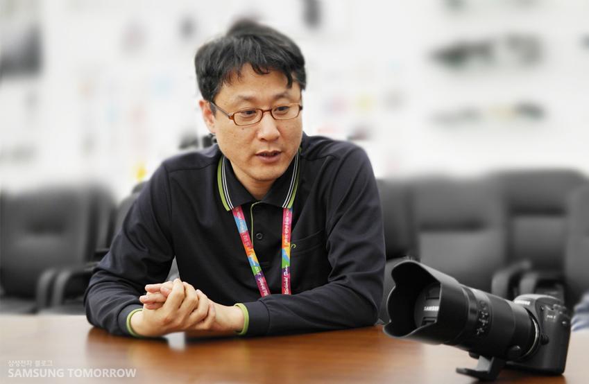 삼성전자 무선사업부 렌즈개발그룹 임직원의 인터뷰 사진입니다.