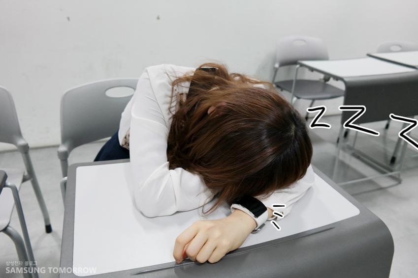 책상에 엎드려 잠이 든 소영의 모습입니다.