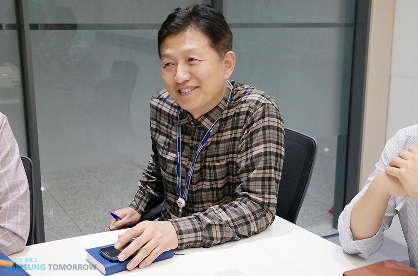 삼성전자 시스템LSI사업부 스마트카드개발팀(S.LSI) 수석의 인터뷰 사진입니다.