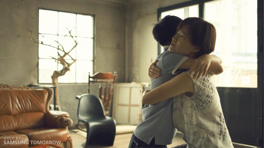 종현이와 엄마가 포옹하고 있는 모습