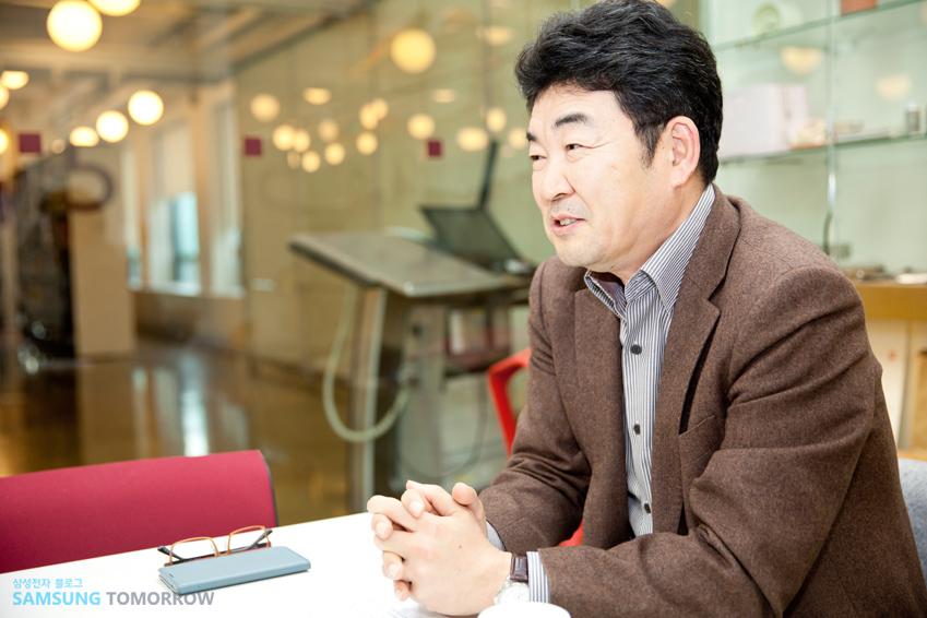 인터뷰하는 김영준 학장