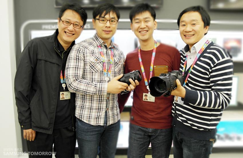 인터뷰에 참여해준 삼성전자 무선사업부 렌즈개발그룹 임직원들의 단체 사진입니다.