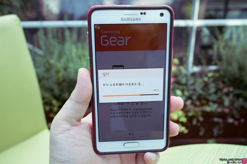 삼성 기어 매니저 앱이 자동 설치되는 모습입니다.