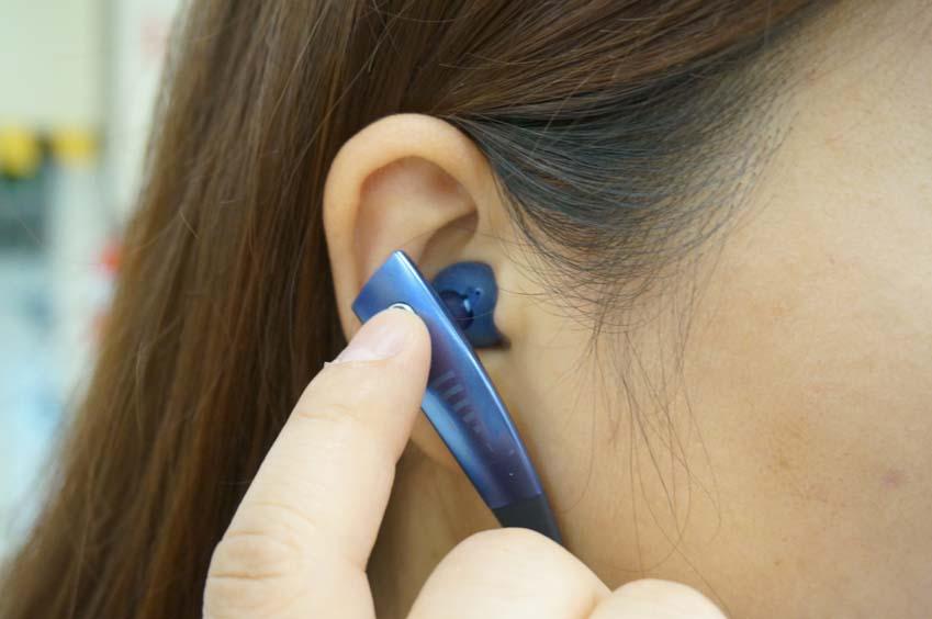 기어 서클의 이어폰을 귀에 삽입하고 있습니다