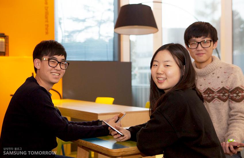 스마트교육이란 아이디어를 제시한 3인방. 가운데 여성 팀원이 있고 양 옆에 남성 팀원이 각각 한명씩 앉아 있습니다.