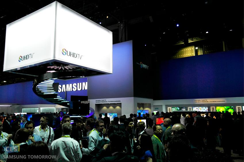 삼성 SUHD TV 부스에 많은 관람객이 방문한 모습입니다.