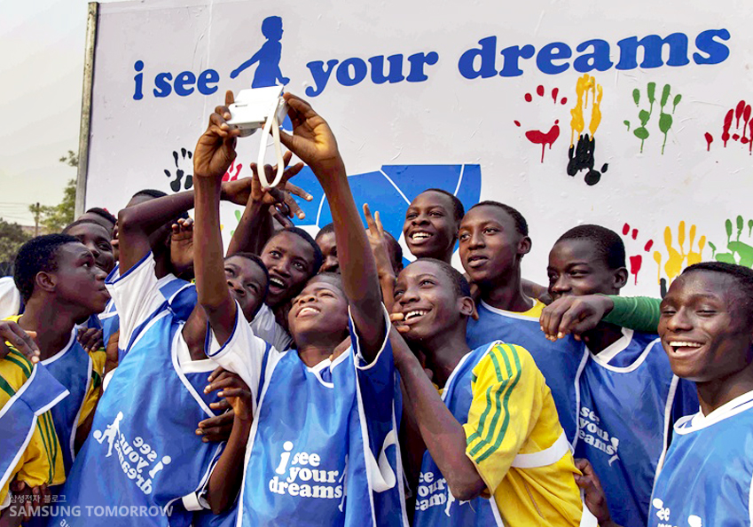 아프리카 유소년들이 셀피를 찍는 모습입니다