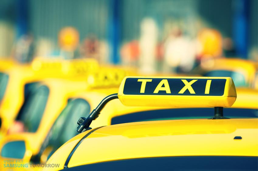 거리 위를 달리는 택시 사진입니다