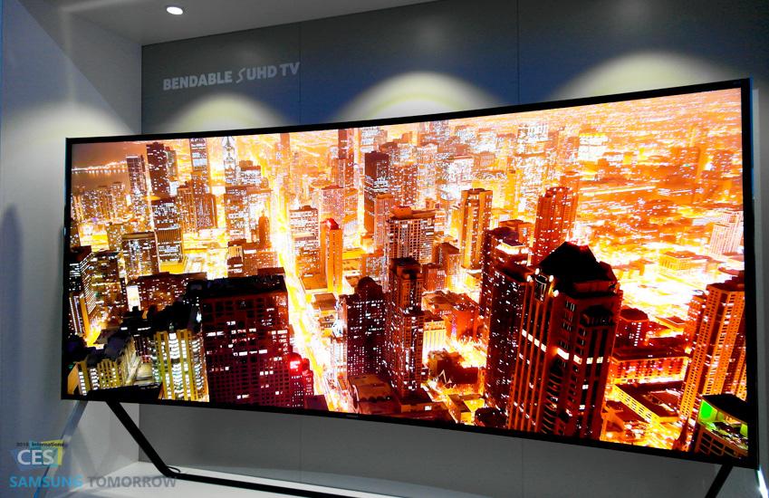 벤더블 SUHD TV가 도시 야경을 보여줍니다.