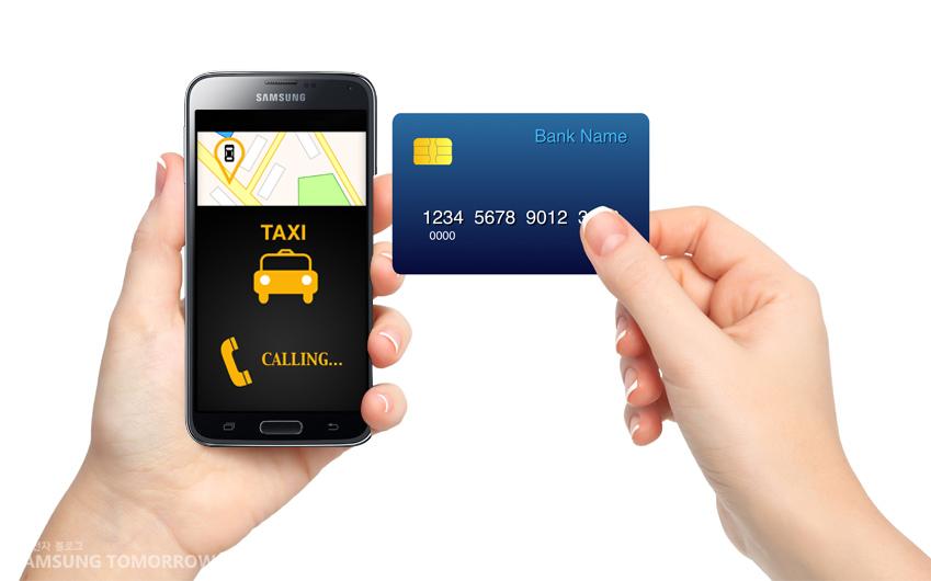 스마트폰과 신용카드를 들고 있는 모습입니다