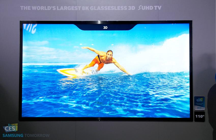 행사장에 전시된 8K 글래스리스 3D SUHD TV에서 수상 스포츠를 즐기는 사람의 모습이 보입니다.