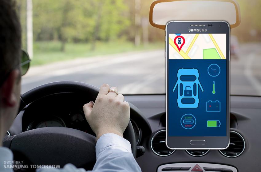 운전자 옆에 스마트폰을 보니, 자동차의 정보와 네비게이션 기능이 보입니다.