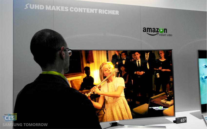 관람객이 아마존에서 제공한 SUHD TV 콘텐츠를 시청하고 있습니다.