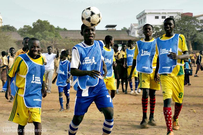 아프리카 유소년 축구 팀이 축구하는 모습입니다