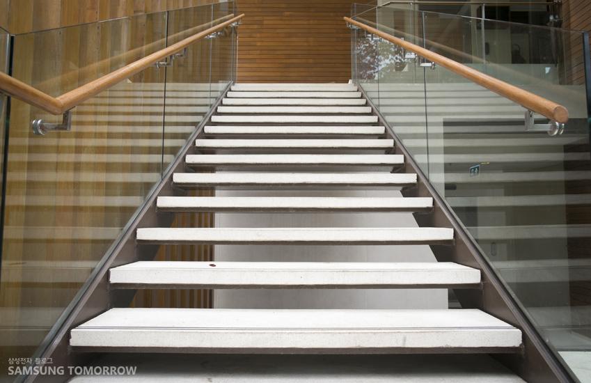 계단 사진입니다.