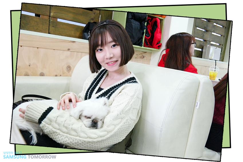 애견카페에서 강아지들과 함께 사진 찍는 삼성스토리텔러 지연지 학생 사진입니다