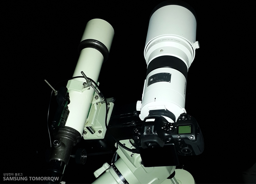천체사진 촬영을 위해 동원된 NX 카메라의 모습입니다