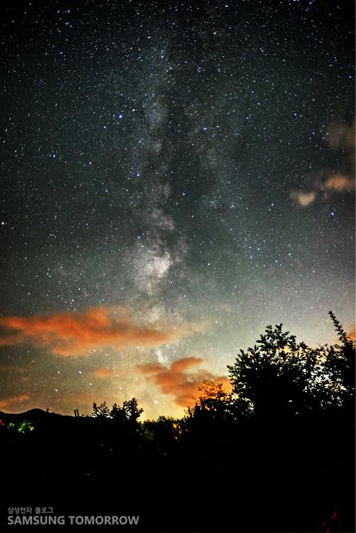 밤하늘에 떠 있는 수많은 별들의 모습입니다