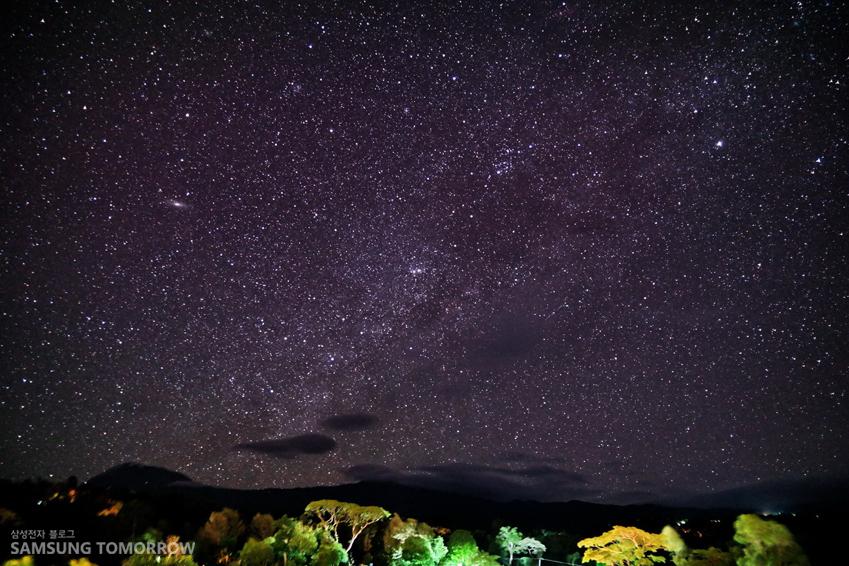 킬리만자로산과 밤하늘의 별 모습입니다
