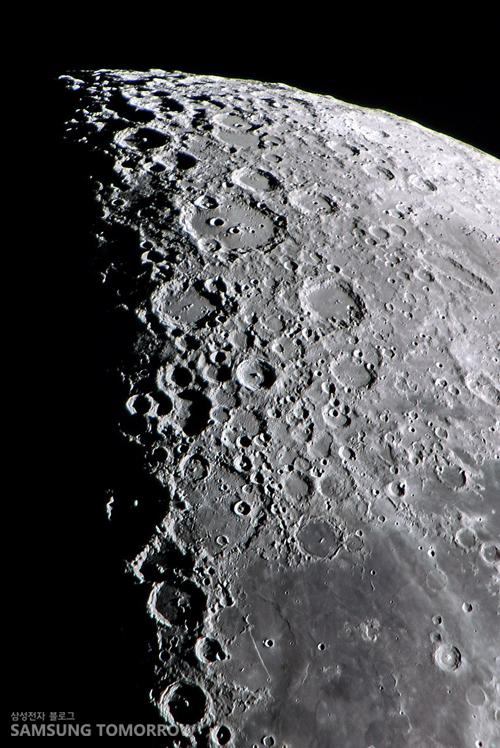 달의 남쪽 표면입니다