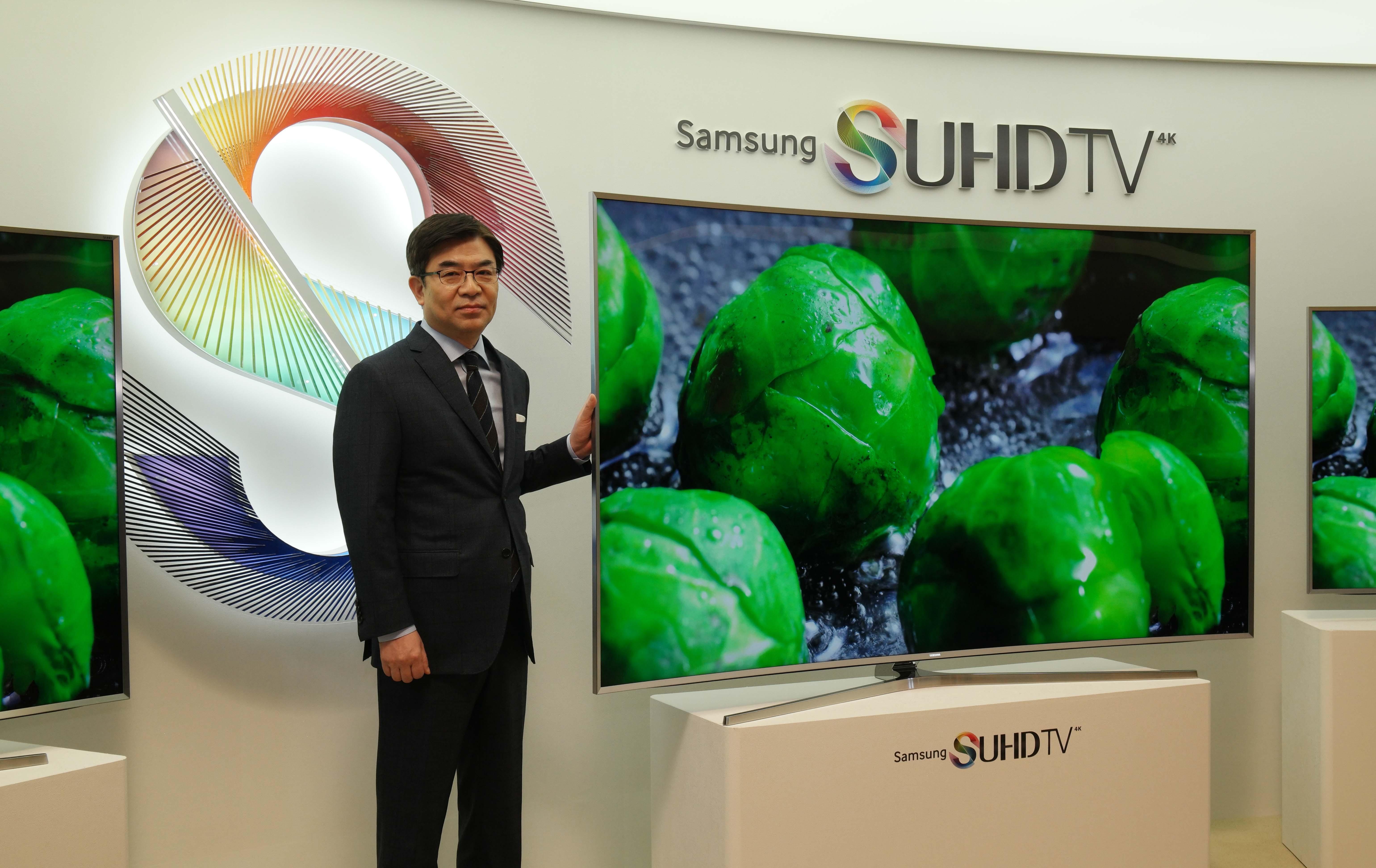 삼성전자 영상디스플레이사업부장 김현석 사장이 삼성 SUHD TV를 선보이는 모습.