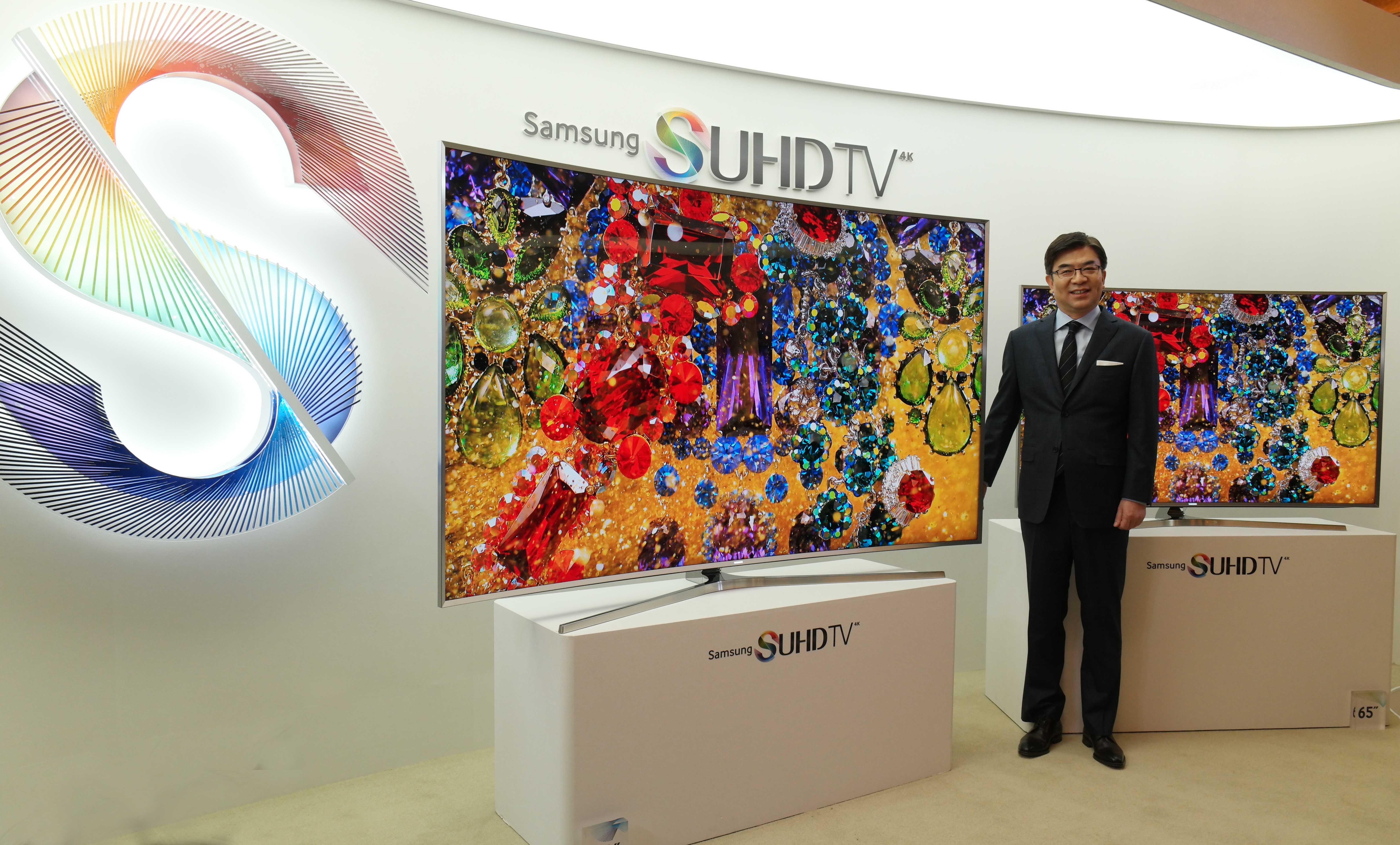 삼성전자 영상디스플레이사업부장 김현석 사장이 삼성 SUHD TV를 선보이는 모습입니다