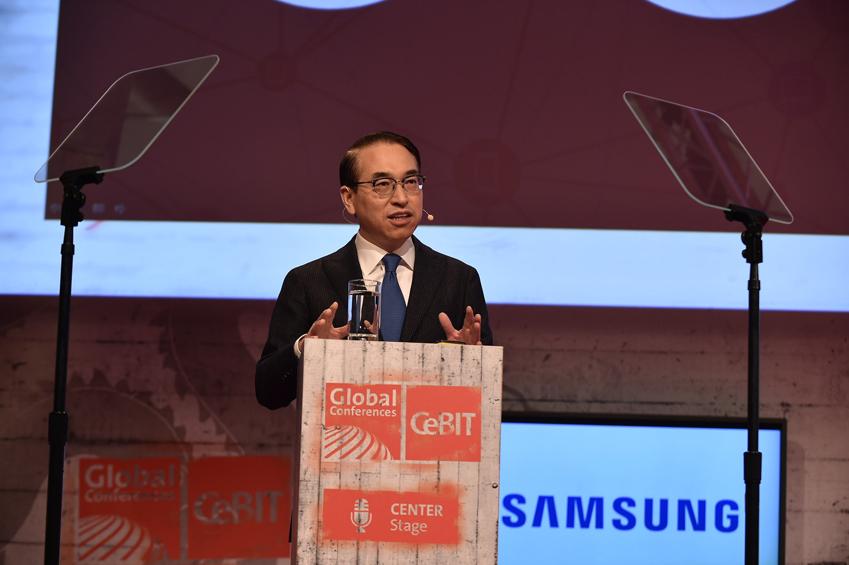 16일(현지시각) 독일 하노버에서 열린 세계최대 B2B 전시회 CeBIT2015에서            홍원표 삼성전자 사장이 '엔터프라이즈 IoT'를 주제로 기조연설을 하고 있다