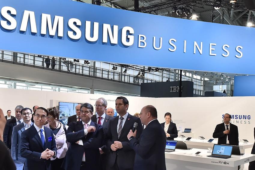 16일(현지시각) 독일 하노버에서 열린 세계최대 B2B 전시회 CeBIT2015에서            홍원표 삼성전자 사장(사진 앞줄 왼쪽 첫번째)과 시그마 가브리엘 독일 부총리(사진 앞줄 왼쪽 두번째)가             삼성전자 전시 부스를 돌아보고 있다.