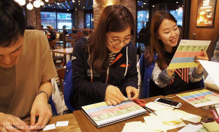 루게릭 환자를 위한 달력형 의사소통판을 만드는 서울 6팀 팀원들