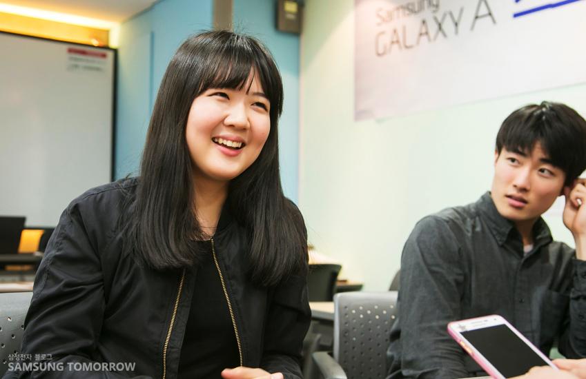 인터뷰 중인 이시영씨의 모습입니다.