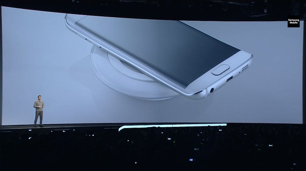 갤럭시 S6 무선충전하는 모습입니다.