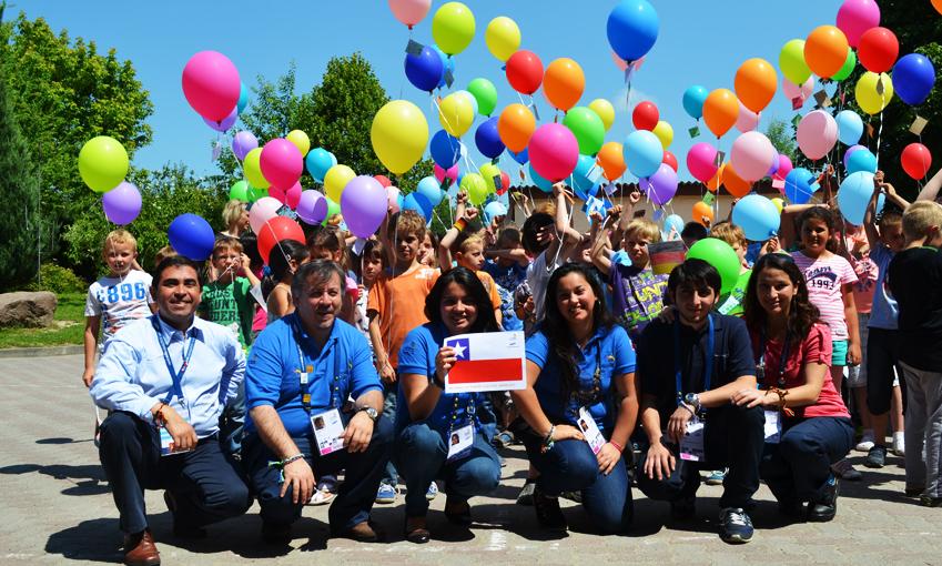 특별 프로그램에 참여한 아이들이 프로그램 운영자들과 함께 색색의 풍선을 하늘에 날리고 있습니다