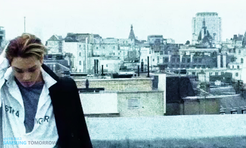 런던의 한 건물 옥상에 서 있는 카이