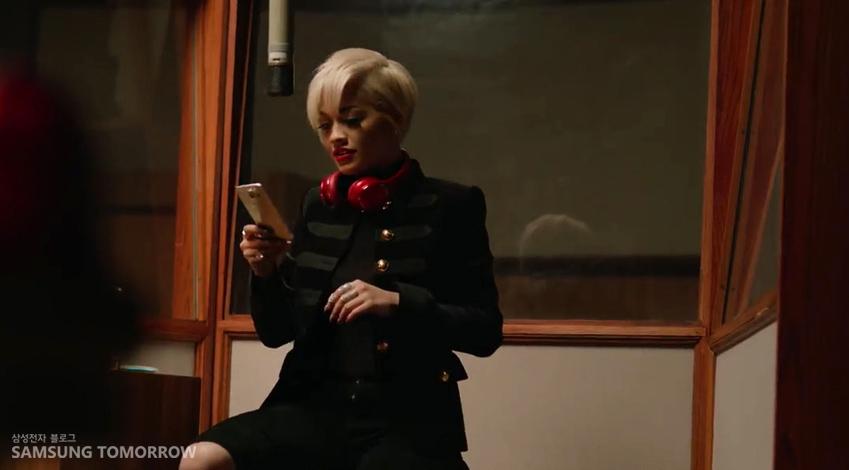 리타 오라가 녹음하는 장면