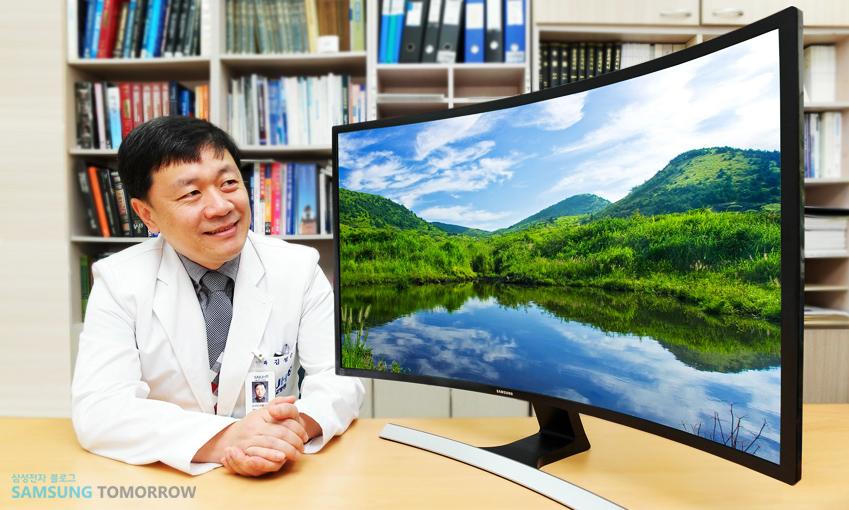 김성준 교수와 삼성 커브드 모니터