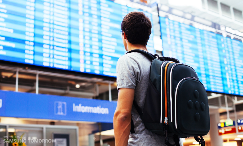 공항에서 여행을 준비하는 청년의 모습입니다.
