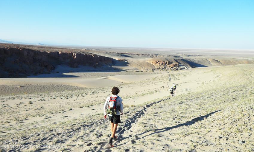 사막길을 횡단하는 청년의 모습입니다.