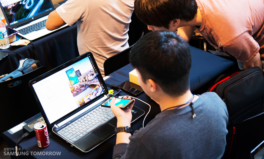 삼성전자 S/W 개발자들이 참가자들에게 타이젠 앱 제작에 대해 상세하게 알려주고 있다.
