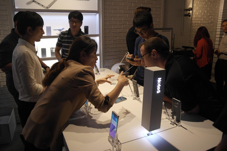 대화면과 멋진 화질을 겸비한 최고 수준의 디스플레이, 그리고S펜을 활용한 기능이 장점인 갤럭시 노트5는 사용자에게 높은 업무 효율을 선사합니다.
