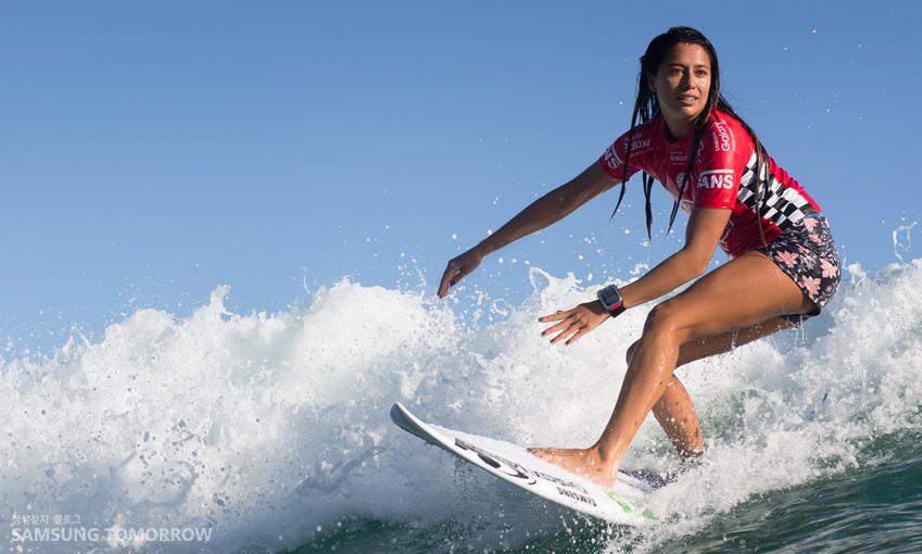 '삼성전자 엠베서더'로 활약 중인 프로 서퍼 말리아 마누엘(Malia Manuel)이 특별 제작한 케이스에 담긴 기어S를 차고 서핑 연습을 하는 모습