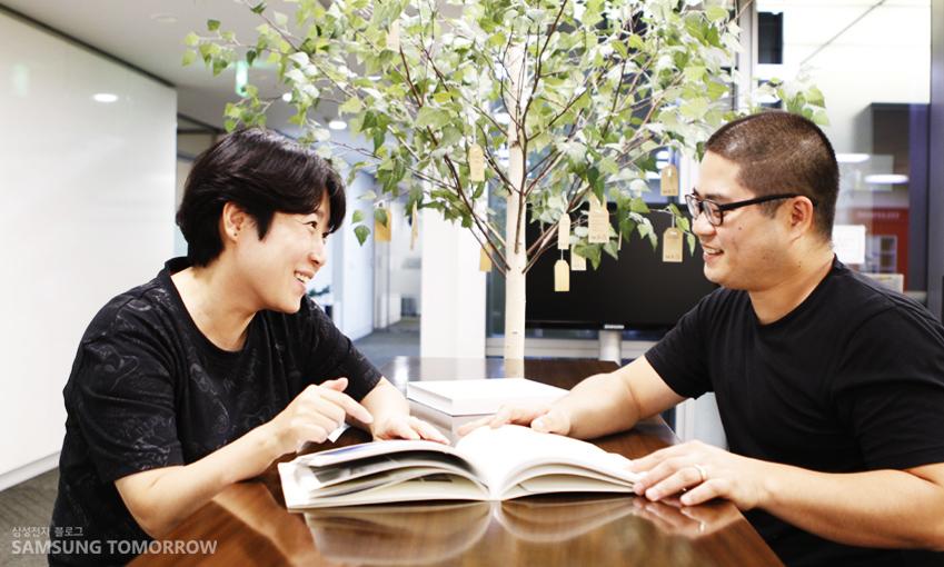 조샛별 책임과 박상민 선임이 함께 앉아 책을 보며 이야기를 나누고 있다
